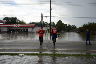 """BATON ROUGE (EE.UU.).- Fotografía cedida por los guarda costas de EE.UU., Dos miembros de ese organismo mientras se dirigen a auxiliar a los residentes durante las inundaciones de este, en Baton Rouge, Louisiana (EE.UU.). Al menos siete personas murieron y más de 20.000 debieron ser evacuados de sus hogares durante las inundaciones """"históricas"""" que golpean gran parte de Lousiana, reportaron los medios. EFE"""
