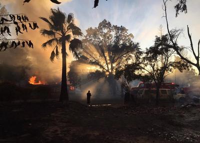 CONDADO LAKE (EE.UU). - Fotografía cedida por CALFIRE, muestra la destrucción que ha dejado el incendio en el condado de Lake, California (EE.UU). El incendio Clayton ha destruido más de 175 estructuras, a las cuales se les solicitaron evacuaciones, ha quemado más de 4.000 acres de tierra y ha sido contenido en un 20%. Un hombre, identificado como Anthony Damin Pashilk, de 40 años, ha sido detenido por el delito de incendio premeditado en relación al incendio Clayton y varios otros en la misma zona en el transcurso del año pasado. EFE