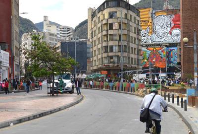 """BOGOTÁ (COLOMBIA).- Una fotografía de un mural (esquina superior derecha) hecho por Toxicómano Callejero, uno de los artistas cuyas obras están incluidas en el libro """"Más que muros"""", una publicación que reúne en 167 fotografías lo mejor del arte urbano de Bogotá, y que muestra la calidad y empuje del mundo del grafiti en la capital colombiana. La iniciativa surgió del colectivo Bogotart hace cuatro años, que realizó en 2015 una convocatoria en redes sociales (Instagram y Facebook) para que los bogotanos enviaran una fotografía de su pintada favorita de la ciudad, dijo Andrés Quintero, creador del colectivo, en entrevista con Efe. EFE"""