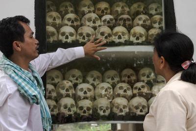 TAKEO (CAMBOYA).- El director camboyano del departamento de Arqueología y Prehistoria del ministerio de Cultura de Camboya, Voeun Vuthy, muestra los restos óseos que alberga la estupa de Kraing Ta Chan, una de las cárceles principales durante el régimen del Jemer Rojo, entre 1975 y 1979, y en la que al menos 15.000 personas fueron ejecutadas, en la provincia de Takeo, en Camboya. Entre arrozales y cocoteros, la estupa de Kraing Ta Chan aparece al final de un pequeño camino de tierra en Camboya con cientos de cráneos y otros huesos que llevan escrita la historia del genocidio camboyano. EFE