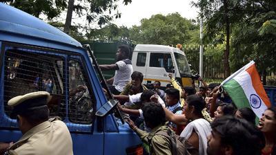 BANGALORE (INDIA).- Miembros del ABVP, el ala estudiantil de la agrupación nacionalista hindú RSS, son golpeados por la policía durante una manifestación en Bangalore, al sur de la India para pedir el cierre de la ONG Amnistía Internacional (AI), a la que denunciaron por sedición tras un acto sobre violaciones de derechos humanos en la Cachemira india. El secretario general de ABVP, Vinay Bidre, aseguró a Efe que durante el acto de AI el sábado pasado en la ciudad de Bangalore (sur) se lanzaron consignas contra el Ejército indio y el país, lo que les llevó ayer a presentar una denuncia contra la ONG por sedición. EFE