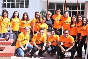 12082016 REGRESO A CLASES.  Jóvenes estudiantes en su primer día de clases, acompañados de su directora Martha Argüelles.