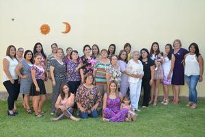 12082016 A UN PASO DEL ALTAR.  Liliana Flores el día de su despedida de soltera, la acompañan las invitadas a la recepción.