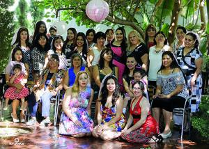 14082016 Amigas y familiares acompañando a la feliz novia.