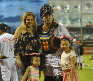 14082016 EN FAMILIA.  Humberto Cota acompañado de su esposa, Joanna González Arvizu, y sus hijas, Kianna Ximena y Kamille Sophia Cota González.