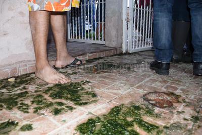El olor de las aguas verdosas dura también varios días porque luego de que llueve, las alcantarillas parecen fuentes oscuras.