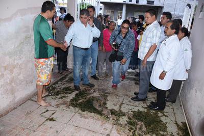 Ek andar diario se convierte en un sacrificio porque se mojan los zapatos y la ropa de los niños que van a la escuela, se ensucia.