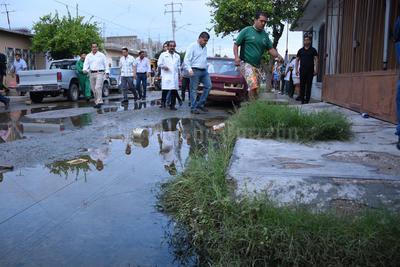 Miguel Riquelme realizó un recorrido a las 7:30 horas por varias calles la colonia Mayrán, situada atrás de la colonia Residencial del Norte, dos de los sectores que se inundan severamente cada vez que llueve.