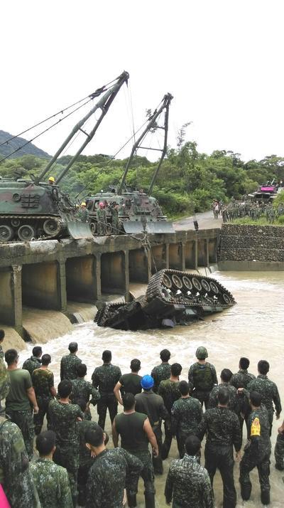 PINGTUNG (TAIWÁN).- Fotografía facilitada por la Armada taiwanesa que muestra cómo unas gruas sacan un tanque de un río en el condado de Pingtung al este del país Taiwán ayer. Tres soldados murieron y otros dos resultaron heridos al caer un tanque al río durante unas maniobras militares. De los cinco soldados que iban en el tanque, uno escapó con heridas leves, uno continúa en coma y los otros tres fallecieron ahogados. EFE