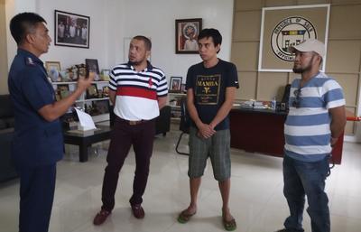 JOLÓ (FILIPINAS).- El pescador indonesio Mohammad Sofyan (2-d), quien escapó de sus captores, el grupo filipino Abu Sayyaf partidario del Estado Islámico (EI), habla con la policía durante una rueda de prensa en Joló, Isla Sulu, Filipinas. Según el portavoz del Comando Occidental de Mindanao, el comandante Filemon Tan, Sofyan, de 28 años de edad, relató a las fuerzas de seguridad filipinas que logró huir por la mañana cuando se lo llevaban para decapitarlo. EFE