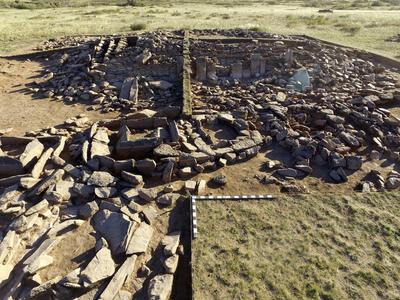 ASTANÁ, Kazajistán.- Mausoleo en forma de pirámide que un grupo de arqueólogos kazajos ha descubierto en la región de Karaganda, en el centro del país, que data de la Edad de Bronce (siglos XII-XIV a. C.). La pirámide encontrada en la estepa kazaja muestra rasgos similares con las pirámides de Egipto, según los expertos, y también se han hallado dos cráneos, uno de ellos muy bien conservado. EFE