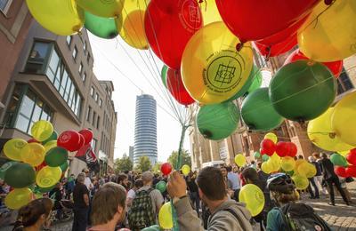 JENA (ALEMANIA).- Varias personas se manifiestan en contra del movimiento Thugida (similar al movimiento xenófobo Patriotas Europeos contra la Islamización de Occidente, Pegida) en la ciudad de Jena, Alemania. EFE