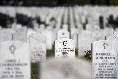 ARLINGTON VIRGINIA (ESTADOS UNIDOS).- Vista de la lápida de la tumba del capitán Humayun Khan, muerto por un coche bomba en Irak en 2004 en el cementerio nacional de Arlington, Virginia. El candidato republicano a la Casa Blanca, Donald Trump, se ganó las críticas de gran parte de la cúpula de su partido y de familias militares al confrontar a los padres inmigrantes y musulmanes de Humayun Khan, que intervinieron en la Convención Demócrata. EFE