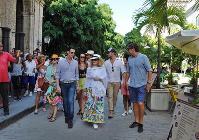 """LA HABANA (CUBA).- La cantante y compositora Madonna (c) camina, por una calle de La Habana Vieja en Cuba. Madonna, que hoy cumple 58 años, celebró el día con un paseo por las pintorescas calles del lugar, que también recorrió a bordo de uno de los clásicos coches de época que circulan por la ciudad, conocidos como """"almendrones"""". EFE"""