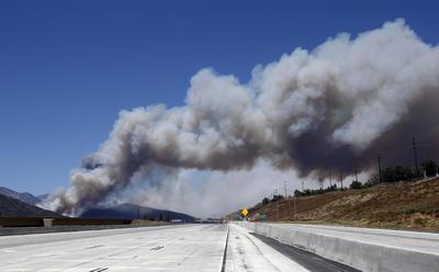 El humo del incendio puede verse aún con cierta distancia.