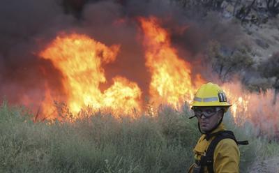 El incendio ocurre en un área montañosa del condado de San Bernardino.