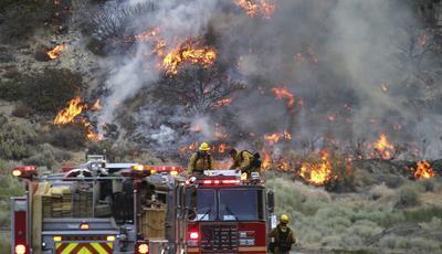 Situación de alarma se vive en California tras un incendio que cumple su tercer día y no cede.