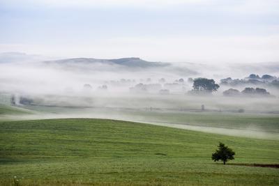OBAST (ESLOVAQUIA).- La niebla cubre el pueblo de Stara Basta, a 280 kilómetros al este de Bratislava, Eslovaquia. EFE