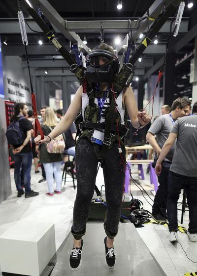 KOLN (ALEMANIA).- Una visitante utiliza unas gafas de realidad virtual para sentir la sensación de tirarse en paracaidas en la convención de videojuegos Gamescom en Colonia (Alemania). La feria se celebra dle 17 al 21 de agosto. EFE