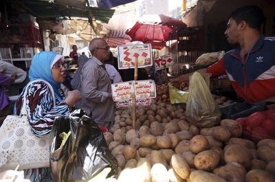 CAIRO (EGIPTO).- Varias personas realizan compras en un mercado de verduras en El Cairo, Egipto. Los precios en Egipto han aumentado entre un 50 y 100 por ciento debido a los rumores que apuntan a que el Banco Central devaluará la libra egipcia frente al dólar americano. EFE