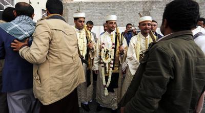 SANÁ (YEMEN).- Novios yemeníes en traje tradicional participan de una ceremonia de matrimonio, en Saná (Yemen). Según la más estricta tradición musulmana practicada en Yemen, las mujeres tienen su propia celebración por separado. EFE