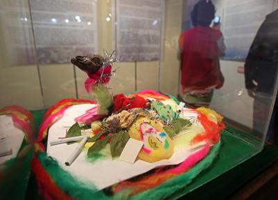 """LA PAZ (BOLIVIA).- Fotografía del 12 de agosto de 2016, muestra una mesa o waxt'a (ofrendas), de la exposición, denominada """"Lakan Phaxsi: Agosto, el tiempo entre el final y el comienzo"""", que retrata las ceremonias que se realizan en el área rural y que se replican en las ciudades. Las ofrendas indígenas de mesas con dulces y alimentos para la Madre Tierra o """"Pachamama"""", típicas en el mundo andino para agradecerle en agosto por sus frutos, son revalorizadas hoy en una muestra de sus variedades en en el Museo Costumbrista, en La Paz (Bolivia). EFE"""