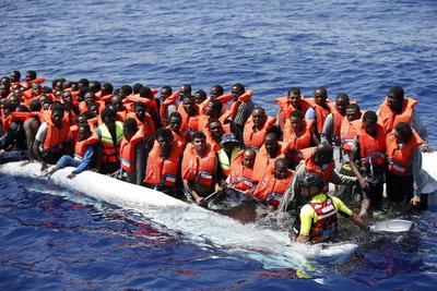 DSL01 (ITALIA).- Fotografía facilitada por la Cruz Roja italiana que muestra el rescate de una embarcación con 304 inmigrantes que partieron de Libia y que han sido rescatados en su camino a Malta. EFE