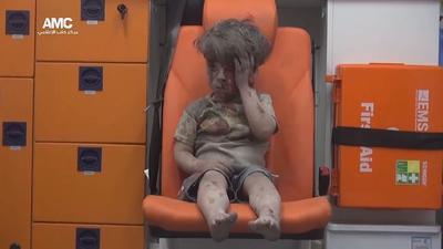 ALEPO (SIRIA).- Imagen facilitada por el grupo activista Centro de Información de Alepo (AMC), que muestra a un niño herido de 5 años, sentado en una ambulancia tras ser rescatado anoche de una vivienda bombardeada en el barrio de Al Qatergui en la ciudad siria de Alepo, ayer. La foto del niño llamado Omran ha puesto hoy de nuevo rostro al drama que sufren los civiles a causa del devastador conflicto en el país árabe. EFE (Esta foto procede de una fuente alternativa por lo que no se puede confirmar el contenido, autenticidad, localización, fecha y fuente)