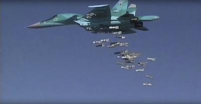 (SIRIA).- Captura de video facilitada por el Ministerio de Defensa ruso en su página Web que muestra un Sukhoi Su-34 ruso durante un ataque aéreo contra zonas tomadas por el Estado Islámico (EI) en la provincia Deir ez-Zor en Siria. Rusia negó hoy una vez más la muerte de civiles en sus ataques aéreos contra posiciones yihadistas en Siria y acusó a Estados Unidos de faltar a la honestidad al señalar a Moscú en ese sentido. EFE