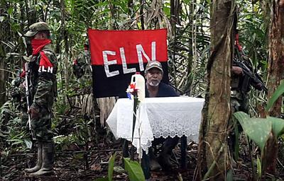 CHOCÓ (COLOMBIA).- Captura de video divulgado hoy, jueves 18 de agosto de 2016, por el Ejército de Liberación Nacional (ELN) del exrepresentante colombiano a la Cámara Odín Sánchez Montes de Oca, desde el departamento de Chocó (Colombia). Odín Sánchez Montes de Oca fue secuestrado hace más de cuatro meses a cambio de la liberación de su hermano Patrocinio. En el vídeo publicado por el grupo insurgente Sánchez aparece en las selvas del Chocó, en el noroeste del país, delante de una mesa improvisada y una bandera del ELN, visiblemente desmejorado y escoltado por varios guerrilleros fuertemente armados, saluda a su familia y culpa al Estado de su secuestro. EFE