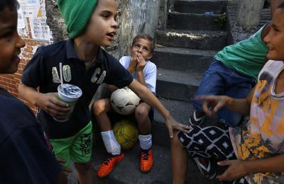 Río de Janeiro (Brasil ).- Jóvenes, que forma parte de un club de fútbol se sientan en las calles de favela de Rocinha, en Rio de Janeiro. El dinero gastado en los Juegos Olímpicos en Río son un hecho amargo para los residentes, Dejó los planes paralizados para mejorar el saneamiento y los servicios de la favela debido a la emergencia financiera del gobierno. Rocinha, la mayor favela de Río y reportado de estar entre los más grandes de Brasil, con una población no oficial de entre 150 a 200.000, lucha por los servicios básicos sanitarios, de salud y bienestar. Veintitrés cascadas de aguas residuales crudas y canales de correr junto a las viviendas atestadas amenazan la salud de la comunidad, muchos de ellos con enfermedades respiratorias e intestinales, dicen los líderes de la comunidad. EFE