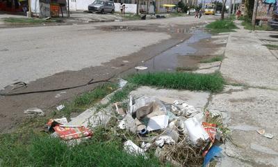 No obstante, el alcalde Miguel Riquelme se resiste a multar a los ciudadanos por hacer un mal uso del drenaje.