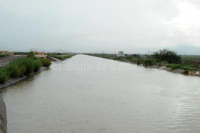 En las primeras horas de este domingo comenzó a correr  por los canales de riego de la región lagunera elagua proveniente de la presa Francisco Zarco.