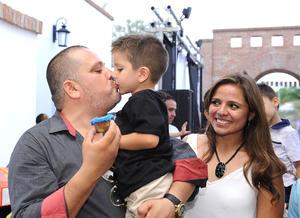 José Gerardo con sus papás, José Eduardo y Elizabeth