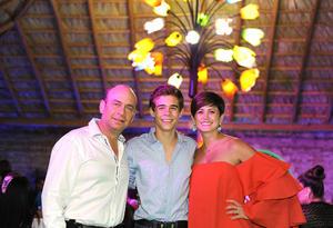 César Emiliano con sus papás, César de la Garza y Ana Sofía Méndez
