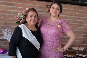 20082016 La futura novia en compañía de su mamá, organizadora del evento.