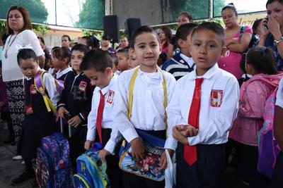 Cientos de padres de familia acompañaron a sus hijos durante la ceremonia del primer día de clases.