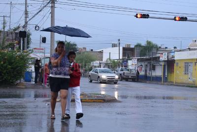 Pese a que se registraron leves lluvias en la mañana, los padres de familia acudieron a dejar a sus hijos a la escuela.