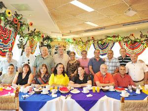 22082016 38 AñOS DE SERVICIO.  Maestro de Anatomía de los Animales, MVZ Luis Javier Prado Ortiz, se jubiló de la UAAAN Unidad Laguna y lo celebró en conocido restaurante de la región.
