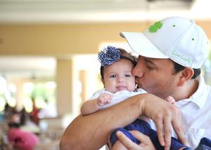 23082016 LINDA POSTAL.  Nabuco Córdova con su pequeña hija, Lorena Córdova Castañeda.
