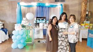 21082016 FUTURA MAMá.  Claudia Molina en compañía de su mamá y organizadora del evento, Carolina Rodríguez, y su suegra, Lidia Rodríguez. Su bebé, Leonardo, nacerá el 15 de septiembre.