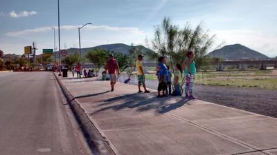 Desde en la tarde, familias se mantuvieron a la espera.