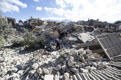 La zona, que ha sufrido en el pasado otros terremotos de fuerte intensidad, se encuentra en un punto de alta peligrosidad sísmica que recorre el eje de la cadena montañosa.