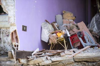 Durante la mañana se han podido rescatar a decenas de personas que habían quedado atrapadas en los escombros de sus casas en las que dormían.