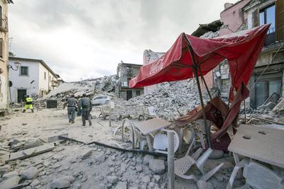 La atención de la Protección Civil, que coordina las tareas de rescate y de ayuda, es la de alojar a las miles de personas que se han quedado sin hogar.