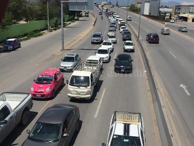 La avenida provocó caos vial en los alrededores del puente plateado.