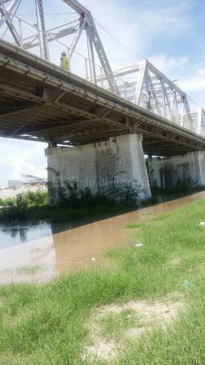 El agua proveniente de la presa Francisco Zarco comenzó a llegar después de las 13:30 horas a la zona del puente plateado que une a Torreón con Gómez Palacio.