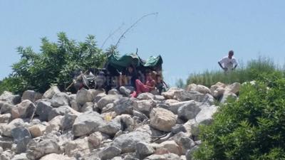 Ciudadanos siguieron de cerca el paso del agua, desde arriba del puente y algunos desde el mismo lecho seco.