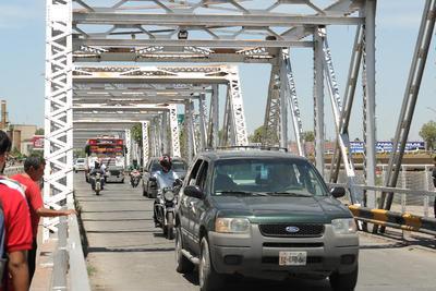 El puente Plateado se vio saturado debido al cierre obligado de los vados debajo de la estructura, lo que provocó que el tránsito vehicular se ralentizara e hiciera desesperar a algunos conductores.