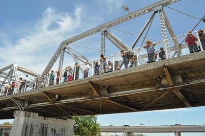 El agua cruzó el citado puente a las 13:40 horas; los intensos rayos del sol no disuadieron a las familias enteras que se apostaron a los lados del canal para observar el río y armaron una verbena.